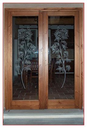 Porta per interni in legno di pino anticato e vetri decorati con ...